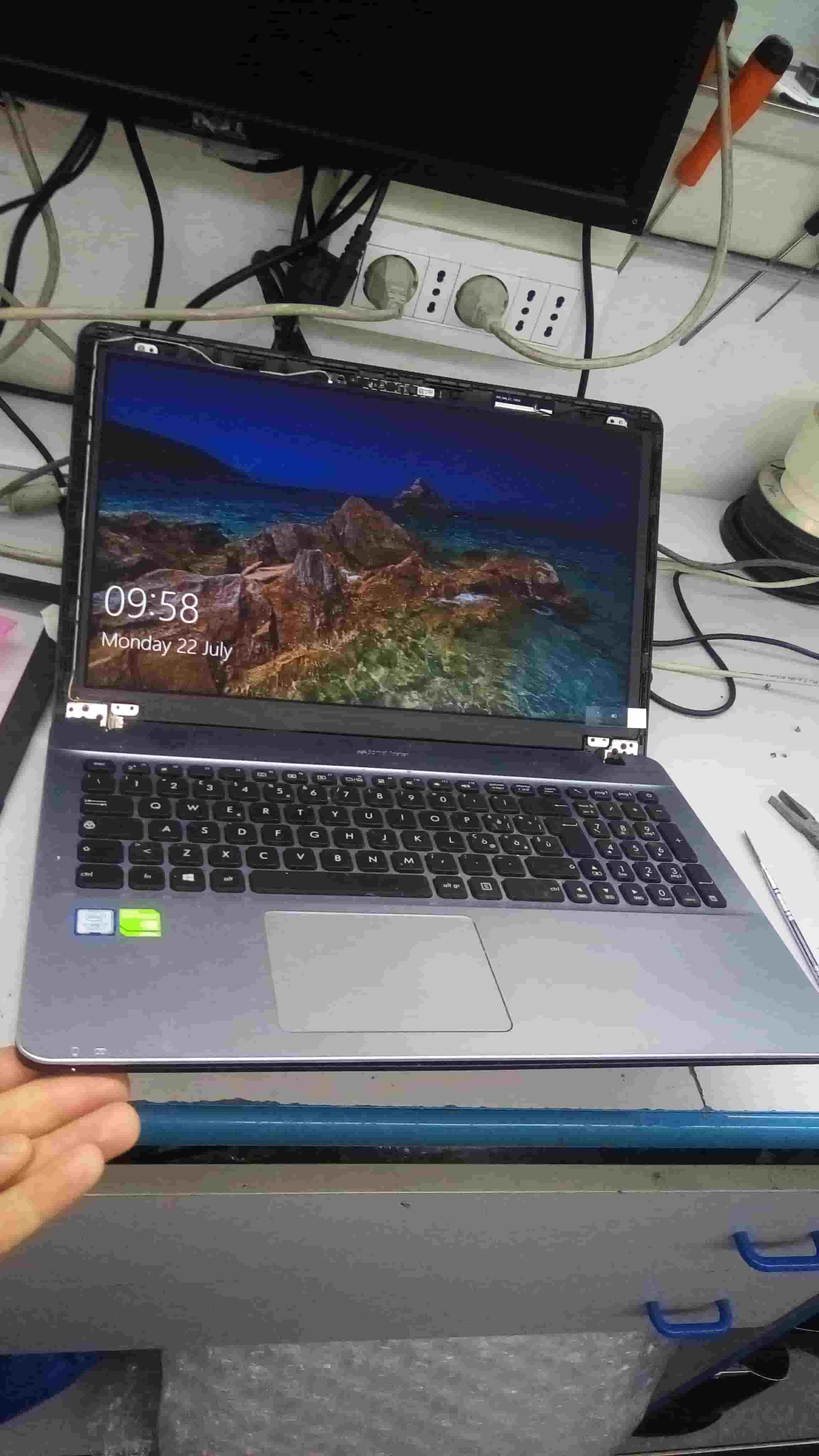 come sostituyire lo schermo del notebook